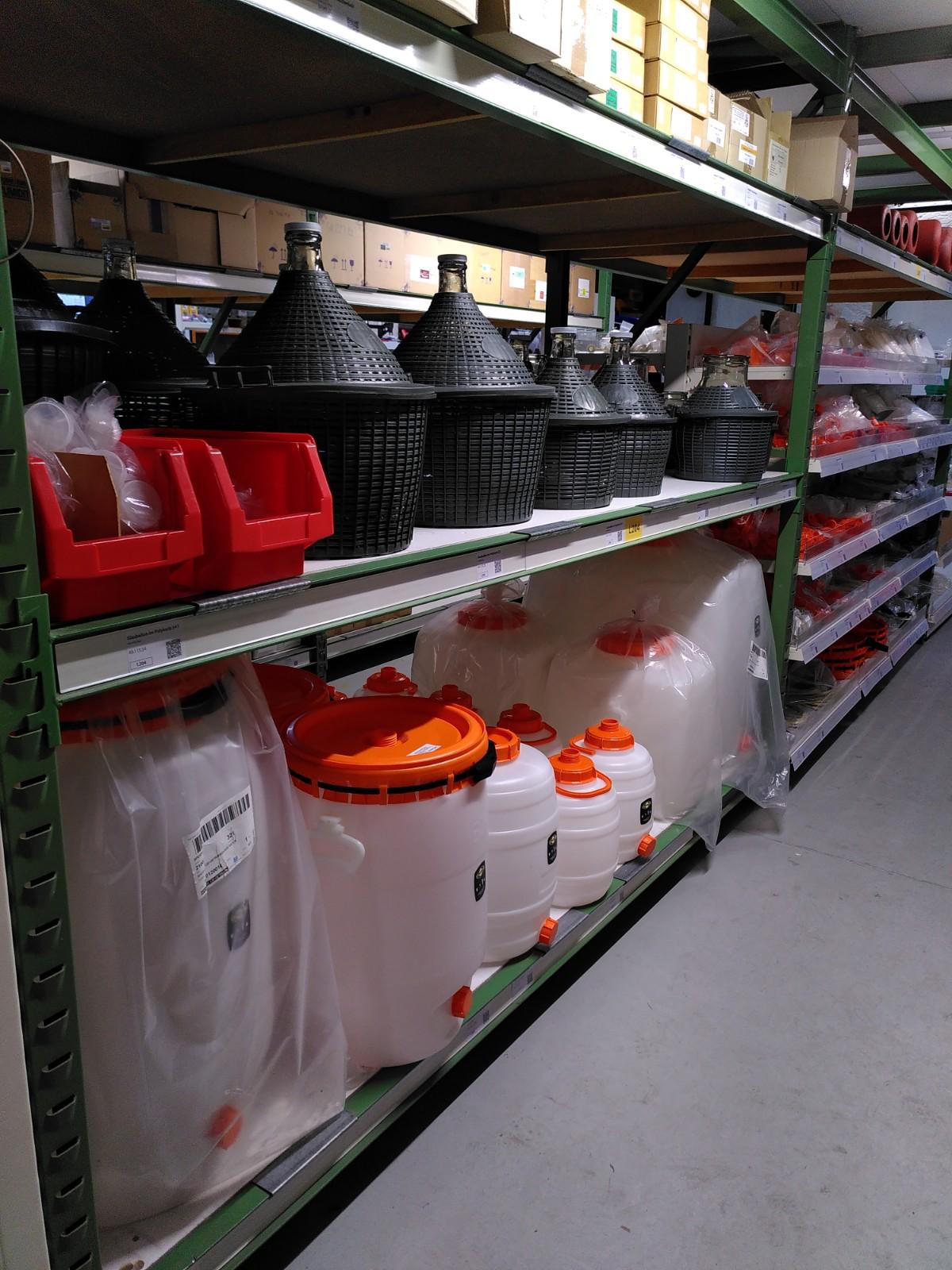 Unser Laden: Kunststofffässer, Korbflaschen