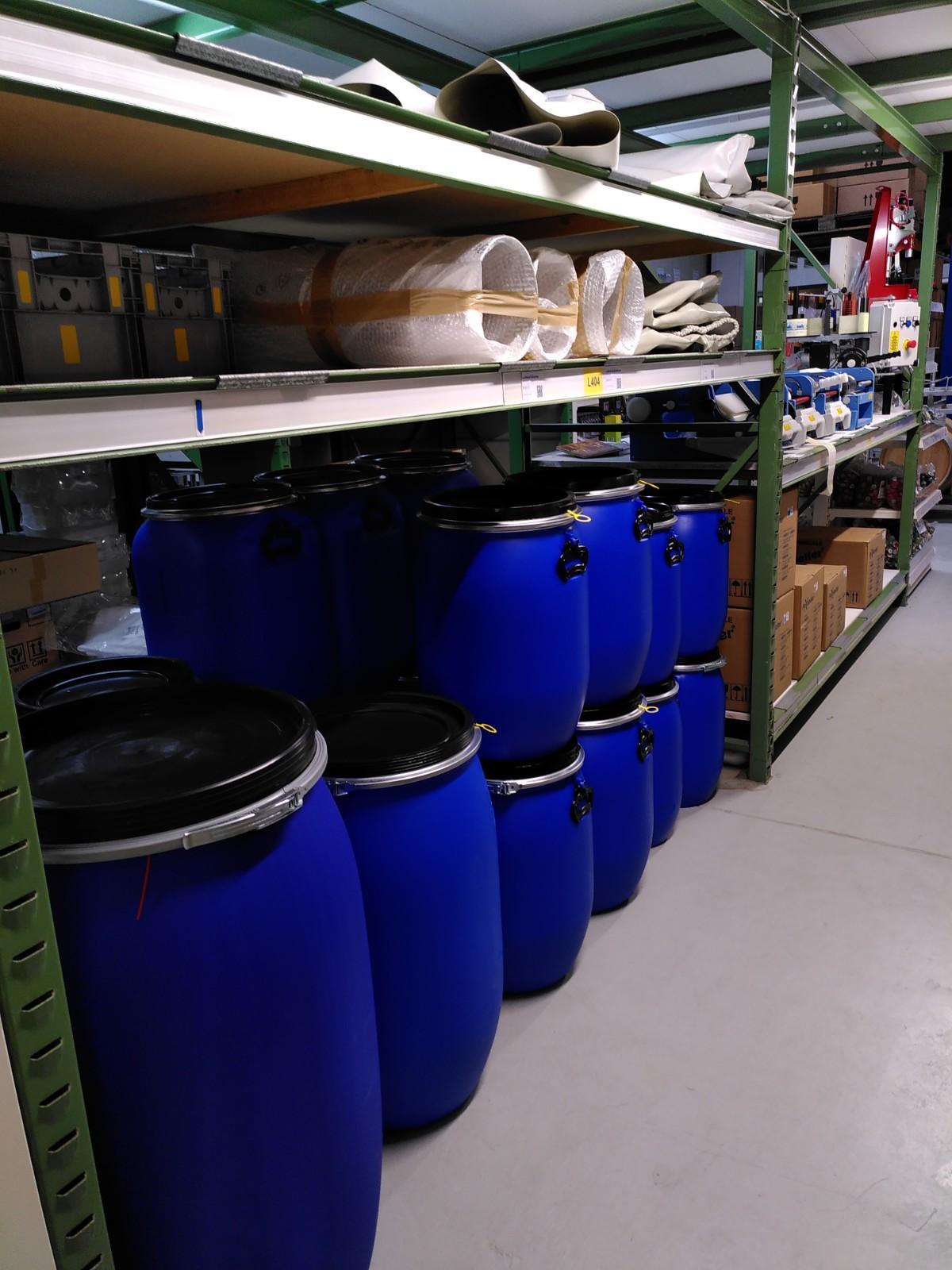 Unser Laden: blaue Fässer zum Einmaischen