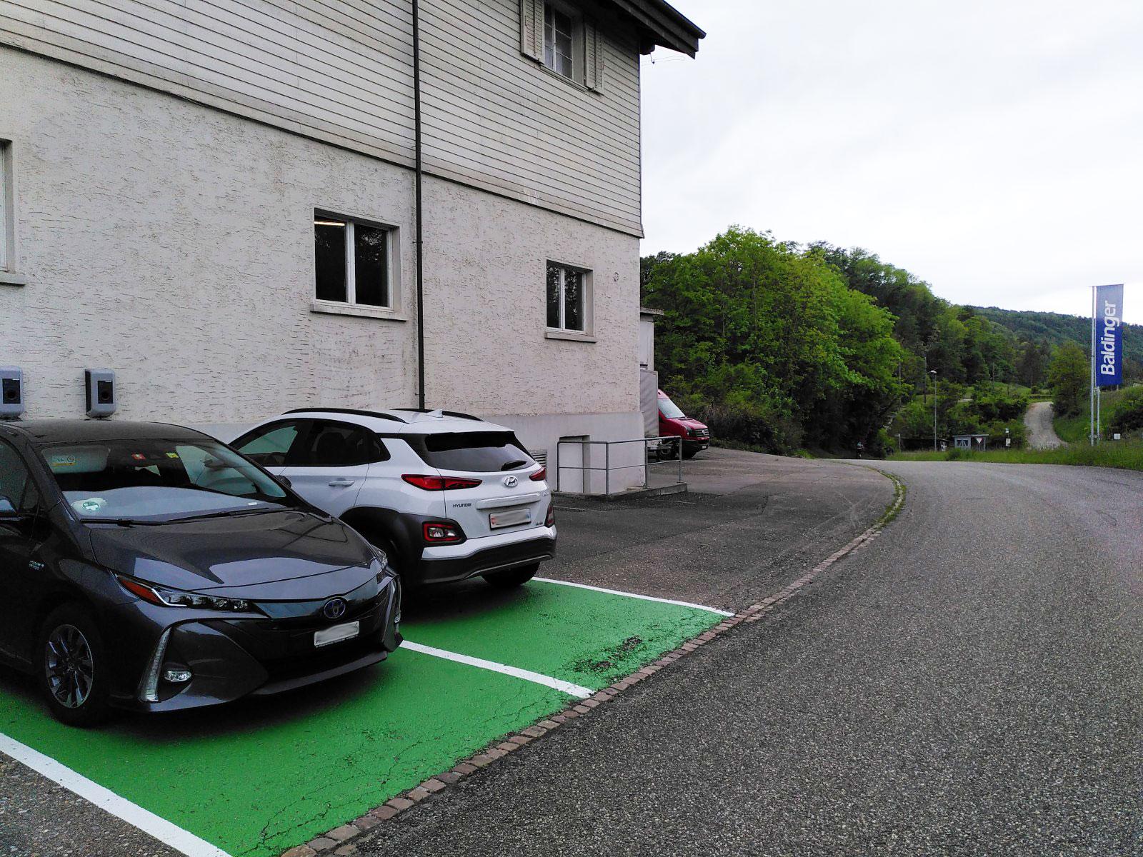 Elektroladestation, gruener Parkplatz in Ruemikon Max Baldinger AG